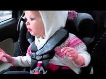 Random Klein meisje gaat los in de auto (woble woble)