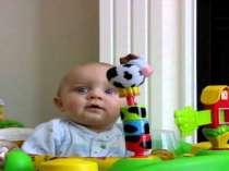 Random Baby schrikt bij het snuiten van mama haar neus